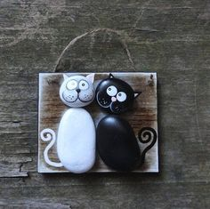 This is a really cute pebble art piece. Stone Crafts, Rock Crafts, Crafts To Make, Arts And Crafts, Pebble Painting, Pebble Art, Stone Painting, Rock Painting, Pebble Stone
