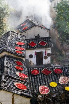 晒秋-中途岛 Peppers drying on the roofs, China