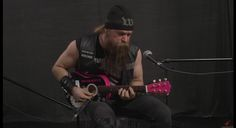 Zakk Wylde tocando una guitarra Hello Kitty