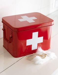 Førstehjelpsskrin: En nødvendighet i et hvert hjem. 199 kr fra Kremmerhuset.