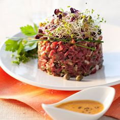 Mieux vaut tartare que jamais ! Many Tartare Recipes Raw Food Recipes, Meat Recipes, Cooking Recipes, Healthy Recipes, Tartare Recipe, Salmon Y Aguacate, Tapas Dishes, Steak Tartare, Pasta Al Pesto