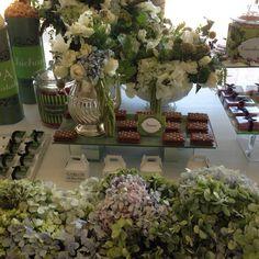Evento decorado en verdes con toque de blanco y hortensia azul, follajes, rosa blanca, amaranto, en estilo orgánico. Mesa dulce  @babiloniaflores