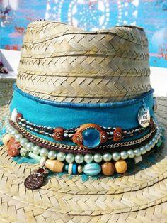 """Que caloooor! Haja chapéu pra proteger nossas cabecinhas, cabelinhos e rostinhos dos raios solares, né meninas?? Adoro usar chapéu, acho um acessório super elegante, prático e versátil. Deixa qualquer look muito mais chique e fica lindo em fotos também! ✌️️ Relax #lalaontour #lalaempuntadeleste Uma foto publicada por Lalá Noleto (@lalanoleto) em Jan 11, 2017 às … Continue lendo """"Customize o seu chapéu e arrase na praia!"""""""