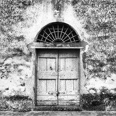 Non aprite quella porta. . . . . . #seemycity #igfriends_toscana #Toscanizzation #bnw_focus_on #worldframeclubbw #blacknwhite_perfection #transfer_visions_bnw #doorsofitaly #LOVES_DOORS #loves_doors #portaseportoes #TheBest_windowsdoors #doorsandwindows_greatshots  #ig_masters #igspecialist #tv_doorsandwindows #KINGS_DOORSANDCO #bnw_pisa #bnw_toscana #comeandsee  #whereveryougo #seetoshare #getoutandexplore #travelandtakephoto #IAmNotATraveler #MyBestCityShots #mobilemag #KINGS_THROUGH…