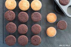 Mein Lieblings-Muffins-Grundrezept für sehr saftige, weiche Muffins, die auch als Grundlage für Cupcakes dienen. Zubereitung: 10 Min. Backzeit: 20 Min. Zutaten für 12 Schokoladenmuffins: 150 g weiche Butter 150 g Zucker 1 Pr. Salz Vanilleextrakt 2 Eier (Raumtemperatur) 160 g Mehl 30 g Kakao ½ TL Backpulver ¼ TL Natron evtl. Milch (Raumtemperatur) Zutaten für …