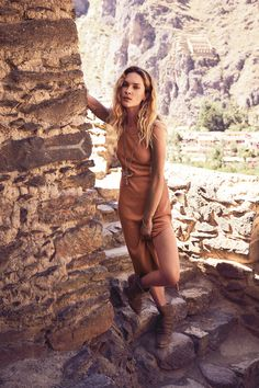 Erin Wasson (Free People August 2016)   Mi Armario en Ruinas. Coral midi dress+brown boots. Summer outfit 2016