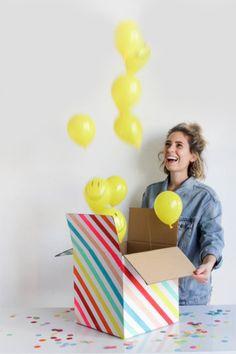 Mirad qué idea más chula para felicitar a un compañero de oficina por su cumple... Si pones cordones para los globos no hay ni que recoger y dentro puedes poner el regalo :)