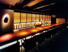 吉今 TOKYO  和ダイニング(大手町): 高層ビルの1フロア300坪を、和のたたずまいを感じる心地よい空間に仕上げた。メインダイニングは天井が高く開放感を演出。個室の壁には富山の豪農の屋敷からでた古瓦を使用。独特の素材感が生まれた。手漉き和紙や格子を活かす間接光も計算しつくされている。 Restaurant Plan, Restaurant Tables, Restaurant Design, Japanese Restaurant Interior, Japanese Interior, Asian Cafe, Japanese Shop, Bar Image, Whisky Bar