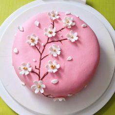 Eine süße Kirschblüten-Motivtorte zum Verschenken - ob zum Muttertag oder zum Geburtstag. Hier geht es zum leckeren Rezept! :)