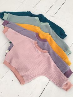 These beautiful tops made of the light and airy muslin cotton fabric are ideal for warm days but can also be worn in cooler seasons. Musselinpulli Rika DIY clothes These beautiful tops made of the light and airy muslin cotton fabric are ide Fashion Kids, Baby Girl Fashion, Warm Outfits, Boy Outfits, Cute Outfits, Sewing For Kids, Baby Sewing, Cute Baby Clothes, Diy Clothes
