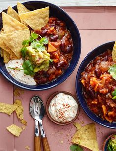 Big bowl veggie chilli - packed full of yummy superfoods like red kidney beans, avocado, tomatoes and sweet potato. Step-by-step method for making Big bowl veggie chilli yourself. Chilli Recipes, Veggie Recipes, Mexican Food Recipes, Vegetarian Recipes, Cooking Recipes, Healthy Recipes, Veggie Meals, Vegetarian Cooking, Vegetarian