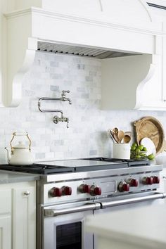 22 stunning Hamptons style kitchens and 9 specific design elements to help you create your own classically beautiful Hamptons kitchen. Backsplash With Dark Cabinets, New Kitchen Cabinets, Kitchen Backsplash, Backsplash Ideas, Backsplash Marble, Tile Ideas, Shabby Chic Kitchen, Kitchen Decor, Kitchen Ideas