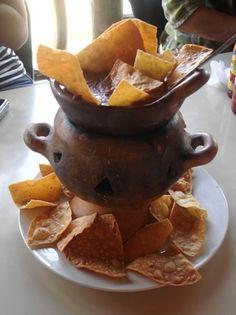Los ingredientes son frijoles, tortillas, sal y queso. Anafres de Honduras y es un aperitivo muy delicioso.