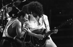 IlPost - Brian May e Freddie Mercury dei Queen in concerto (Rogers/Express/Getty Images)