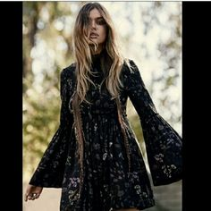 💥NWT free people dress! Bell sleeve dress💛 °Beautiful dress from free people bell sleeves! Nice boho vibes  :)   °Beautiful print. Will look lovely with knee high boots, or booties and tights for fall. Free People Dresses Long Sleeve