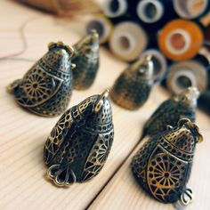 I think these chickens are plotting something.. #thimbles #collectiblethimbles #bronzecollector #hen #chickens #etsy #etsysewing #sewingstuff #sewingaccessories #sewingcraft #besfofetsy #etsyru #bronzic