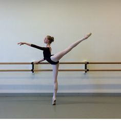 what SI are you going to? What a beautiful turn- out and extension and form! Ballet Barre, Ballet Class, Dance Class, Ballet Dancers, Ballet Feet, Dance Like No One Is Watching, Just Dance, Baile Jazz, Dancer Photography