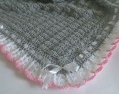 Crochet bebé manta / afgano y sombrero blanco por HandmadeByHallien