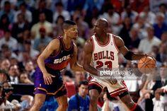 Fotografia de notícias : Michael Jordan of the Chicago Bulls posts up...
