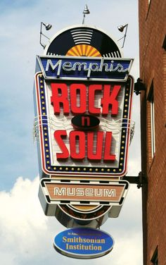 The Memphis Rock 'n' Soul Museum's exhibition about the birth of rock and soul music tells the story of musical pioneers who, for the love of music, overcame racial and socio-economic barriers to create the music that shook the entire world. State Of Tennessee, Memphis Tennessee, Tennessee Vacation, Elvis Presley, Memphis City, Downtown Memphis, Decoration Restaurant, Vintage Neon Signs, Z Cam