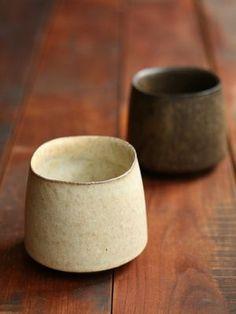 Belle forme irrégulière avec un pied biseauté qui contraste,  une matière subtilement vibrant e.
