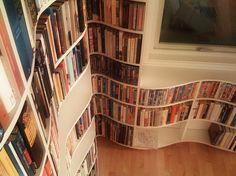 Wer sagt, dass regale nicht runde Formen haben können?  curvy book shelves