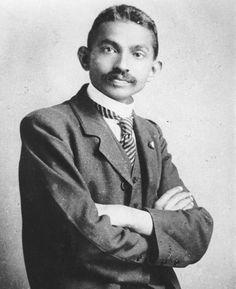 """* Mohandas Karamchand Gandhi * Em 1893. (Porbandar, 02/Outubro/1869 - Nova Delhi, 30/Janeiro/1948). Conhecido por """"Mahatma"""" (""""A Grande Alma"""", em Sânscrito). Advogado, Pacifista, Fundador do moderno Estado Indiano. Adepto do Princípio da 'Não-Violência'. Morreu assassinado em 30/Janeiro/1948, por Nathuram Godse."""