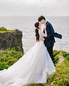 list ulzzang(づ ̄ ³ ̄)づ♡ . Pre Wedding Photoshoot, Wedding Poses, Wedding Couples, Cute Couples, Cute Couple Pictures, Couple Photos, Couple Photography, Wedding Photography, Foto Wedding