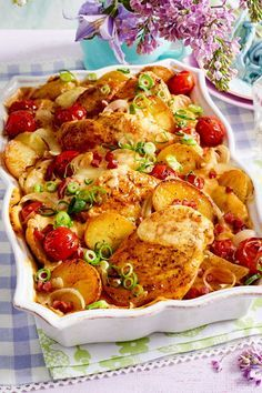 Fried potatoes and chicken casserole-Bratkartoffel-Hähnchen-Auflauf New favorite recipe for the whole Out potatoes. and heavenly-creamy sauce create true moments of pleasure! Yummy Chicken Recipes, Yum Yum Chicken, Easy Dinner Recipes, New Recipes, Baking Recipes, Vegetarian Recipes, Easy Meals, Favorite Recipes, Yummy Food