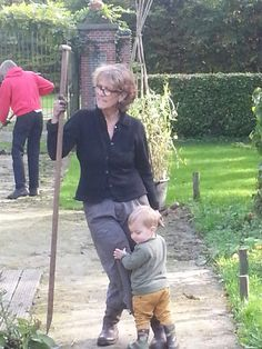 Even uitrusten bij oma Olga in de moestuin ( warmoezerij Wolfslaar)