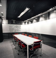 Modern Conference Room Design With Whiteboard Wall Google Office, Modern Office Desk, Office Workspace, Organized Office, Office Floor, Office Spaces, Office Space Design, Office Interior Design, Room Interior