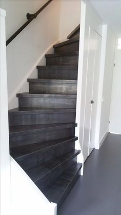 Idea to do a black staircase to our mancave. Black Stairs, Stair Makeover, Painted Stairs, Interior Stairs, House Stairs, Staircase Design, House Goals, Stairways, Sweet Home