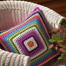Letras e Artes da Lalá: Granny Square Crochet Squares, Crochet Granny, Crochet Motif, Knit Crochet, Crochet Patterns, Crochet Cushion Cover, Crochet Pillow, Knitted Cushions, Crochet Home Decor