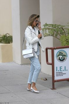 Healthy: The Center is Gwyneth Paltrow's favourite place to get Colonic Hydrotherapy. Jessica Alba Casual, Jessica Alba Hair, Jessica Alba Style, Fashion Hub, Fashion Over 40, Star Fashion, Spring Outfits, Work Outfits, Spring Step