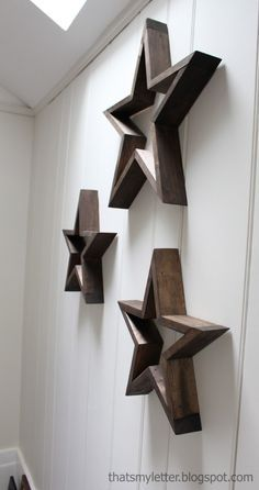 A tutorial to make your own five pointed DIY wood stars. Create three dimensional wood stars wall art using free plans here. Diy Wand, Diy Wood Projects, Wood Crafts, Mur Diy, Into The Woods, Wood Stars, Star Decorations, Home And Deco, Wooden Diy