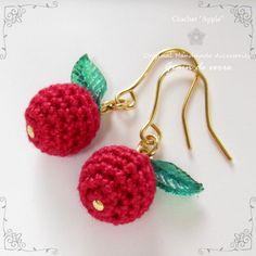 クロッシェ(かぎ針編み)/りんごのピアス Crochet Jewelry Patterns, Crochet Earrings Pattern, Crochet Bikini Pattern, Crochet Bracelet, Crochet Accessories, Beading Patterns, Crochet Flower Tutorial, Crochet Flowers, Crochet Quilt