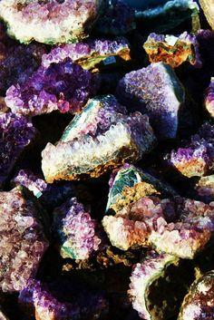 Amethyst, love gemstones in their natural and raw forms Love Rocks, Beautiful Rocks, Rocks And Gems, Minerals And Gemstones, Rocks And Minerals, Natural Gemstones, Pierre Quartz, Josie Loves, Rock Collection