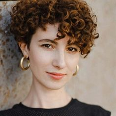 Do you have curly hair and you want to try a short and trendy haircut? We have 21 stunning curly pixie cut hairstyles to show you. Curled Pixie Cut, Pixie Cut Curly Hair, Short Permed Hair, Short Natural Curly Hair, Curly Pixie Hairstyles, Short Curly Pixie, Blonde Pixie Cuts, Short Curly Haircuts, Curly Hair With Bangs