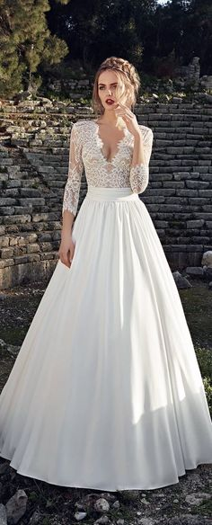 la fille dans le photo porte un longue robe blanc, avec une dentelle chemise.