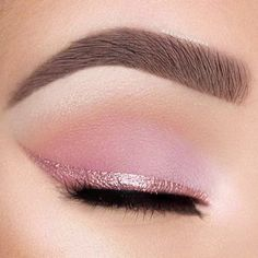 Makeup Tips for Brown Eyes: Highlight their Soulfulness Try soft pink eyeshadow and a pink eyeliner for the most romantic cat eye. Try soft pink eyeshadow and a pink eyeliner for the most romantic cat eye. Rosa Eyeliner, Pink Eyeliner, Pink Eyeshadow, Eyeliner Makeup, Makeup Contouring, Eyeliner Ideas, Eyeliner Pencil, Metallic Eyeliner, Apply Eyeliner