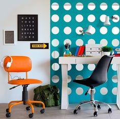 Um home office confortável colorido e inspirador pode ser a opção perfeita para quem trabalha no aconchego do lar. Este aqui por exemplo pode funcionar tanto como espaço de trabalho/leitura quanto como um espaço relax.  Produtos: - Cadeira de Escritório Giratória Color Pistão Corano Laranja; - Cadeira de Escritório Eames Preta; - Organizador Papoula Branco.  #produçãocasamobly #casamobly#moblybr #mobly#lar#tendenciadecoração #home #design#inspiration#decor #decoration#homedecor #casa…
