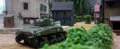 32: Der M4A1 Sherman rollt stoisch gen Ortsmitte. Er hat gut lachen. Hinter ihm folgt ein Infanterietrupp und hält eventuelle Panzerfaustschützen vom Leibe. Zumindest theoretisch!