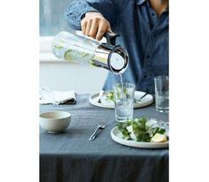 WMF - karafka do wody - z uchwytem 1,5 lFunkcjonalna i elegancka karafka z uchwytem. Specjalnie zaprojektowane zamknięcie otwiera się niezależnie od strony w którą pochylimy karafkę.  Naczynie to doskonale nadaje się do zimnych napojów, soków oraz wody.