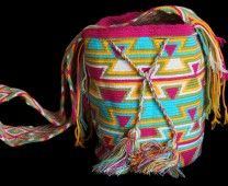 The Mochilas Wayuu we offer are expertly handcrafted by the Wayuu women in la Guajira, Colombia. Street Fashion, Boho Fashion, Urban Art, Bucket Bag, Crochet Patterns, Yoga, Colorful, Backpacks, Handbags