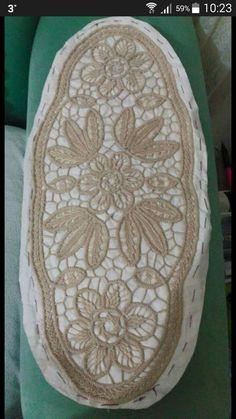 Romanian Lace, Point Lace, Cross Stitch Borders, Crochet Magazine, Crochet Tablecloth, Needle Lace, Lace Making, Crochet Lace, Doilies