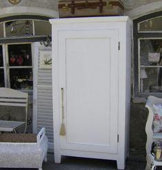 Vintage Massiver schmaler Schrank in wei Der Schrank wurde desinfiziert geschliffen und in seidenmattwei