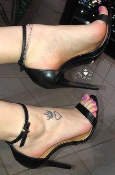 Sexy Legs And Heels, Black High Heels, High Heels Stilettos, Stiletto Heels, Beautiful High Heels, Gorgeous Feet, Pies Sexy, Pantyhose Heels, Sexy Toes