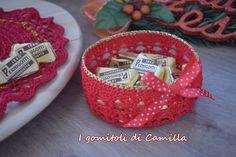 cestino natalizio a uncinetto Crochet Home, Straw Bag, Camilla, Diy And Crafts, Baby Shoes, Basket, Blog, Tableware, Creative