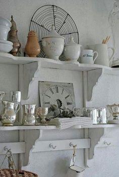 Pretty kitchen shelves from: Vita Ranunkler: En dag att minnas länge. Cozinha Shabby Chic, Shabby Chic Kitchen, Vintage Kitchen, Kitchen Decor, Cottage Chic, Cottage Style, Shabby Chic Shelves, Cottage Kitchens, Shabby Vintage