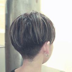 HAIR(ヘアー)はスタイリスト・モデルが発信するヘアスタイルを中心に、トレンド情報が集まるサイトです。10万枚以上のヘアスナップから髪型・ヘアアレンジをチェックしたり、ファッション・メイク・ネイル・恋愛の最新まとめが見つかります。 Short Hair Back, Korean Short Hair, Very Short Hair, Short Hair Cuts For Women, Short Hair Styles, My Hairstyle, Undercut Hairstyles, Pixie Hairstyles, Cool Hairstyles